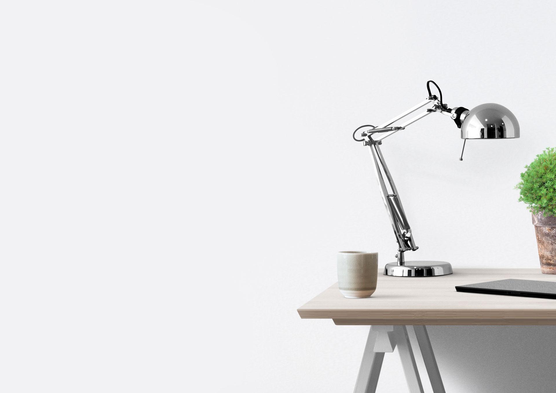 biurko i lampka na białym tle